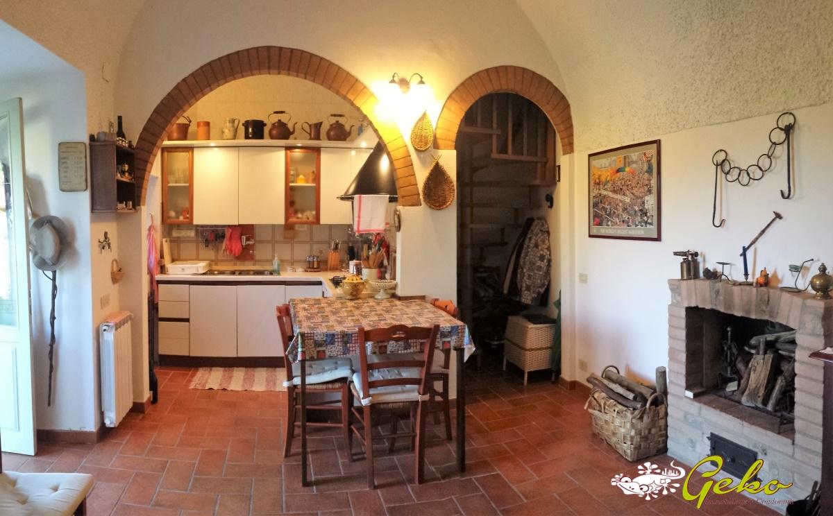 Vendita case in campagna gambassi terme capanna in for Foto di case