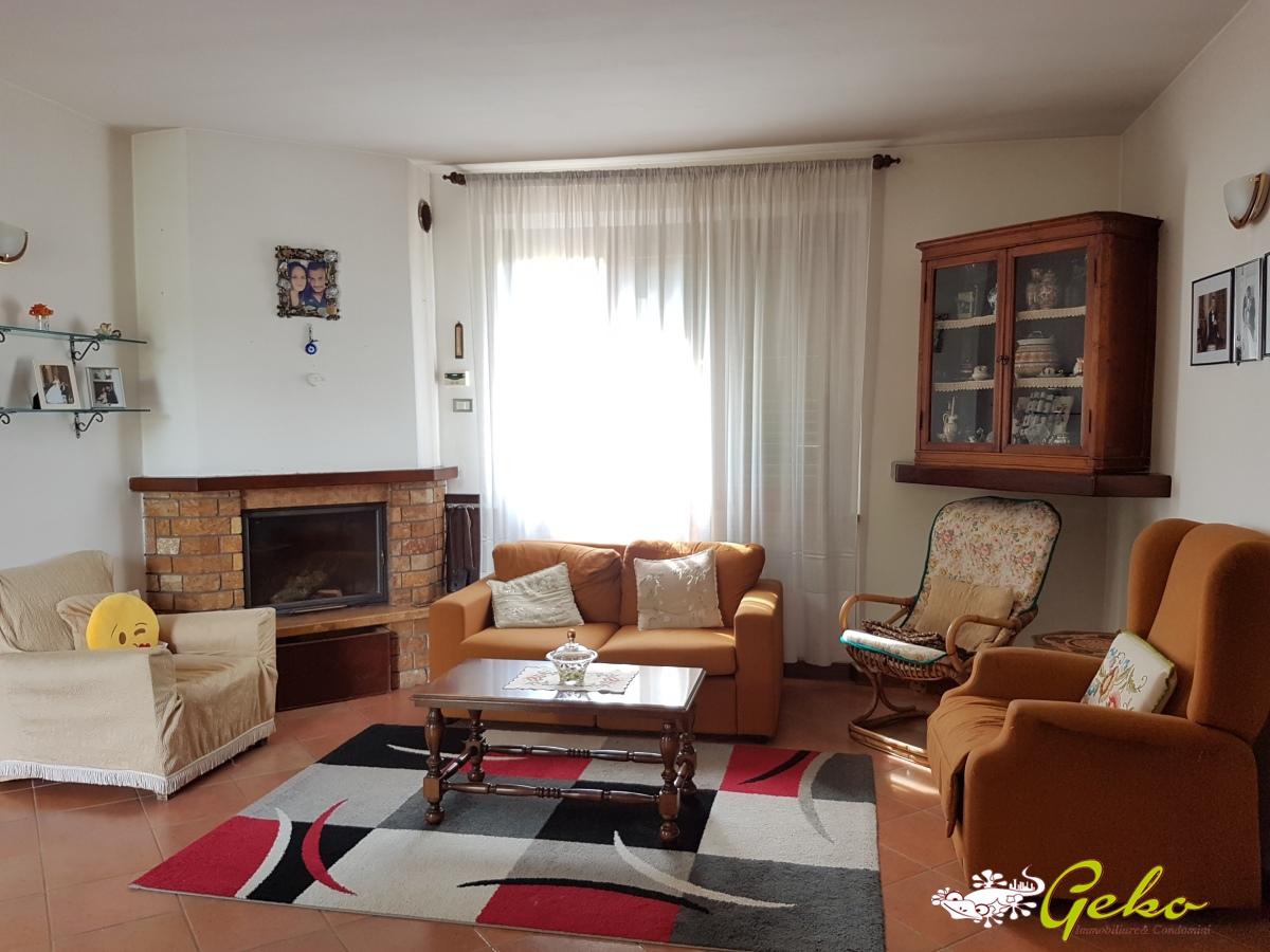 Villa in vendita a Monticiano, 8 locali, prezzo € 240.000   CambioCasa.it