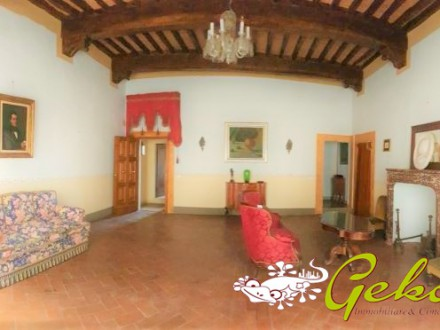 Prestigious building 350  sm in the historical centre with garage